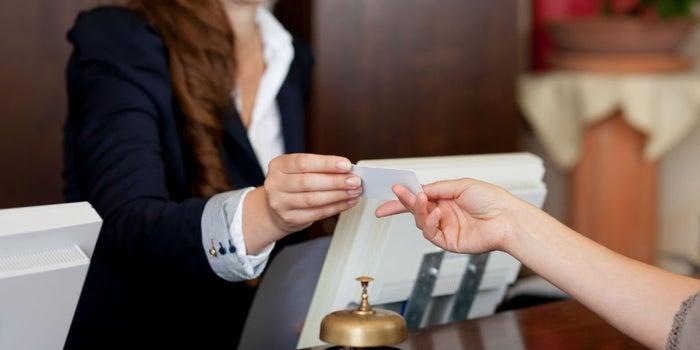 """Más que una """"palmadita"""": cómo mejorar la relación entre empresa yclientes"""